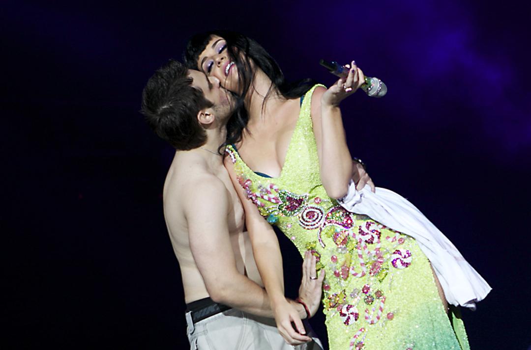 Katy Perry dá beijo em Brasileiro no Palco do Rock in Rio